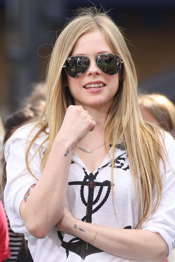 Avril Lavigne interviews With Extra at The Grove - 13th March, 2012