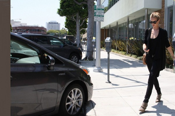 Rosie Huntington Whiteley - Out & About in LA - 27th April, 2012