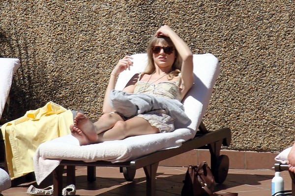 Taylor Swift hanging out by the pool in Sydney - 10th March, 2012