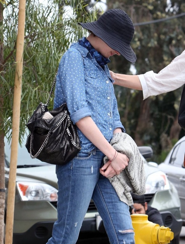 Anne Hathaway out at lunch in Venice on March 19, 2013