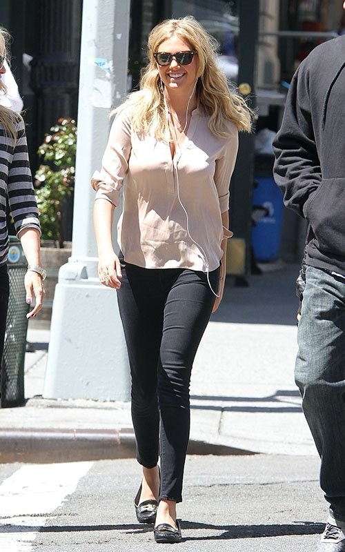 Kate Upton Hot On the Sets of 'The Other Woman' in New York City on May 1, 2013