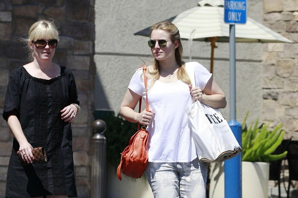 Kristen Bell takes her pooch Shakey to the vet in Hollywood on May 13, 2013